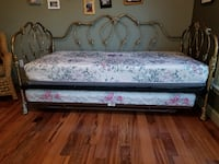 Beautiful Daybed, trrundle and table