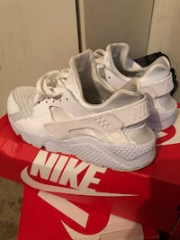 pair of white Nike Huarache shoes with box Silver Spring, 20906