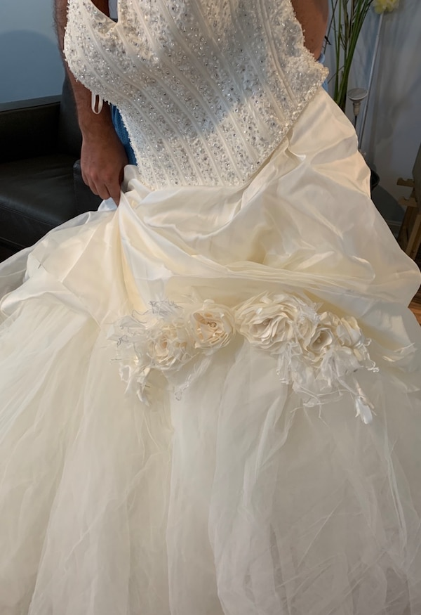 Wedding Dress e47b462b-6983-4c88-93f4-3585bebbdcbf