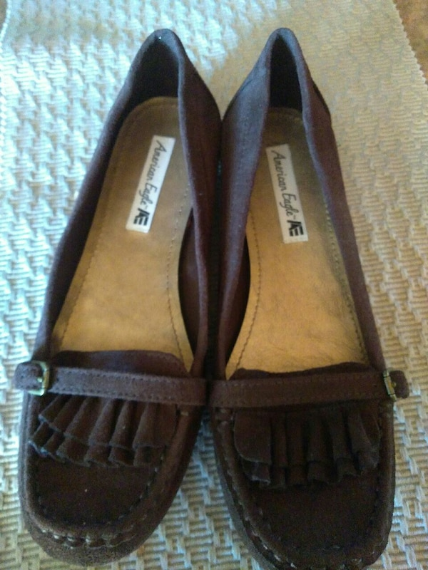 3e1860d72 Brukt pair of brown-and-black American Eagle leather flats til salgs ...