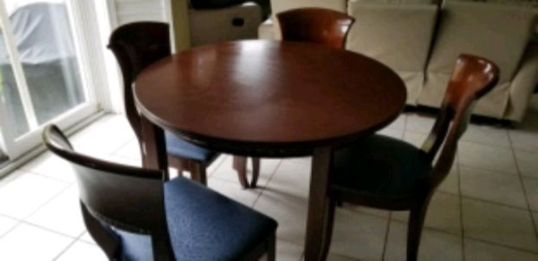 Kitchen dining table set for sale. 0fbc477c-8c7e-48df-988d-8ee5581af2ad