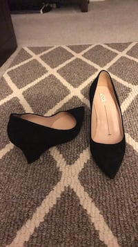 pair of black suede pointed-toe pumps Silver Spring, 20906