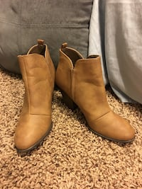 pair of brown leather side-zip chunky heeled booties Chandler, 85249