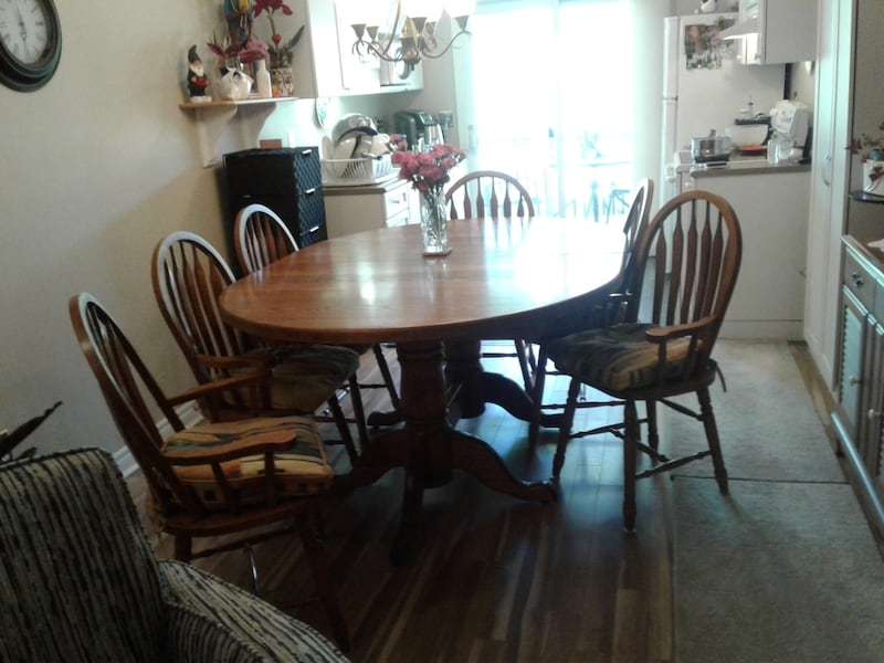 Solid oak table set. It has 8 chairs and 2 leafs with it.  ed627266-b7d0-4849-8e9c-1702cce508bd