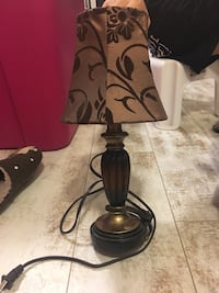 brass-colored table lamp with brown and beige floral shade 朗福德, V9B