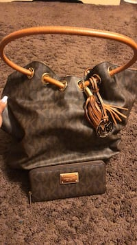 Michael Kors Purse & Matching Wallet Mission, V2V 6X6