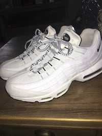 pair of white Nike Air Max Puslinch, N0B