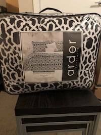 Queen size bed quilt with 2 black decorative pillows