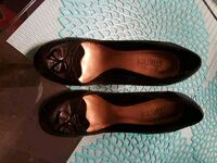 pair of black leather pointed-toe flats 547 km