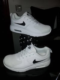 par de zapatos blancos Nike Air Max Madrid, 28041