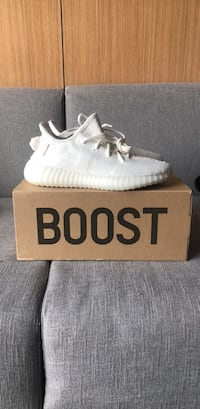 Yeezy 350 Triple White. Size 7  Perfect for the Christmas Season Washington, 20024