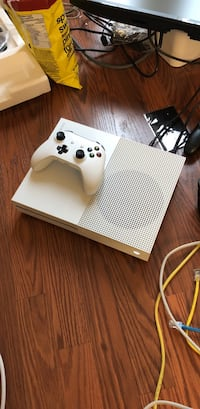 white Xbox One console with controller Toronto, M2R