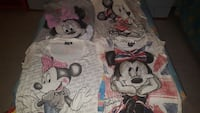le varie camicie Minnie colorate assortite della ragazza
