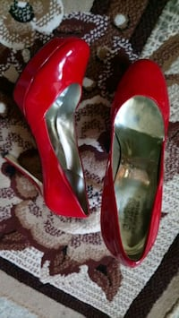 pair of red patent leather pointed-toe pumps Randallstown, 21133