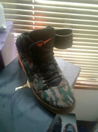 unpaired green and brown camouflage Nike basketball shoe Racine, 53404