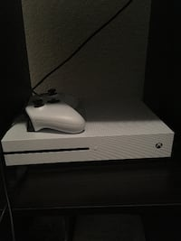 (VERY LIGHT USE) XBOX ONE S 500 GB W/ CONTROLLER null