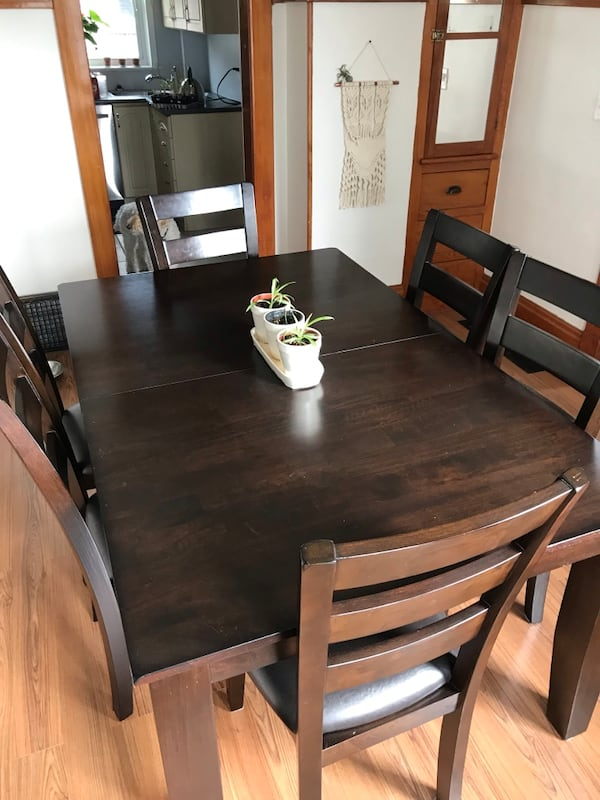 Table and 6 chairs  37ea831c-ac3b-4eec-a7a1-f882884896d8