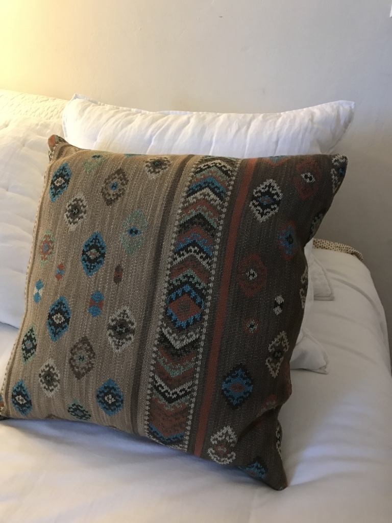 Red Brown Beige Throw Pillows : letgo - Three beige, red, and brown throw... in Alameda, CA