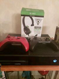 Xbox one two controllers/headset Dorval, H4Y 1G2
