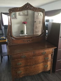 4 Drawer Antique Dresser with a Mirror Rancho Cucamonga, 91701