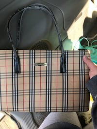 Authentic Burberry purse minor wear side note if you have a comment to share on what I'm selling don't say it then block me that's the cowards way out 1404 mi