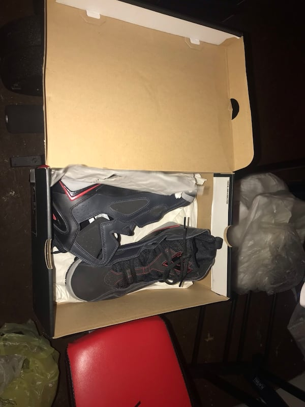 Like new Jordan spizike red black and gray size 7y 2