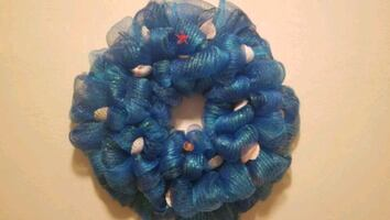 blue and white wreath decor
