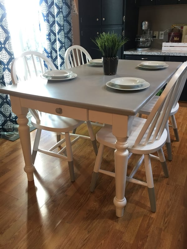 Dining table and 4 chairs 327aab5a-e8ca-4880-8b73-897c09d08186