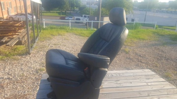 1998 town and country Chrysler minivan leather seating  2ee29b90-006c-417c-a927-ee3f236d4b77