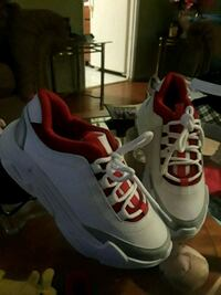 pair of gray-and-red Nike basketball shoes Bensenville, 60106