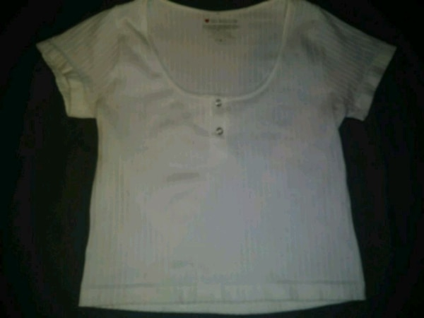 scoop-neck cropped shirt