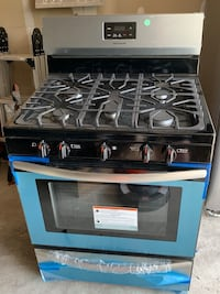 Brand new gas oven still has plastic on it, never used retails for $550 West Sayville, 11796