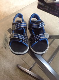 Pair of blue-and-black sandals Surrey, V3T
