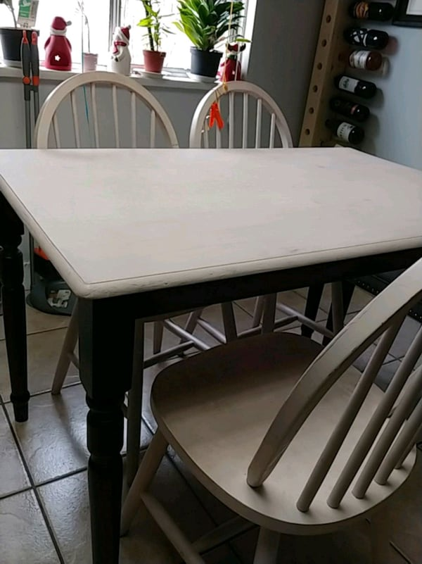 Table and 4 chairs d75ae441-c8e9-4ba7-8b87-fb10f26f998e