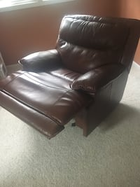 2 leather recliners Eastlake, 44095