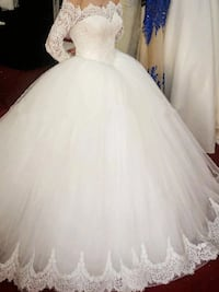 High neck white bridal dresses,comes with matching shoe and purse Brampton, L6V 0G7