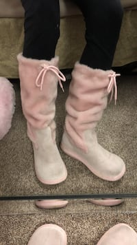 Pink suede on the bottom furry pink on top size 9 but fits like an 8 Langley, V3A 2C5