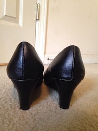 pair of women's black leather pumps Alabaster, 35007