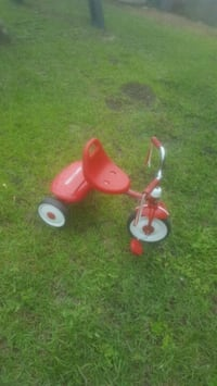 red and white Radio Flyer trike Navarre, 32566
