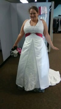 Wedding dress with fuchsia colored belt