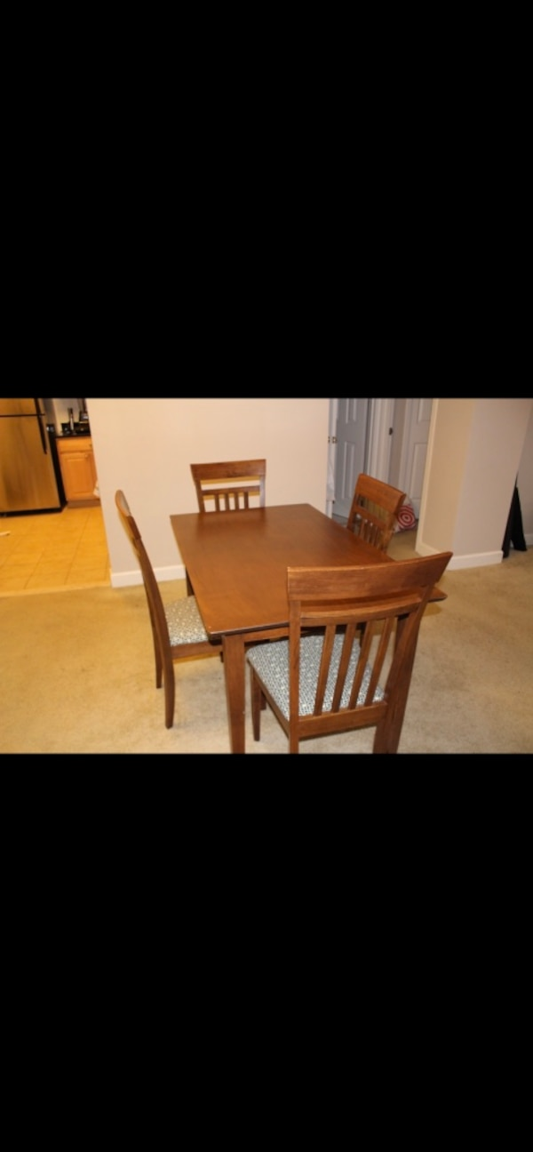 Dining table and 4 chairs fc982492-4e11-4205-ba18-2be0a28e71bf