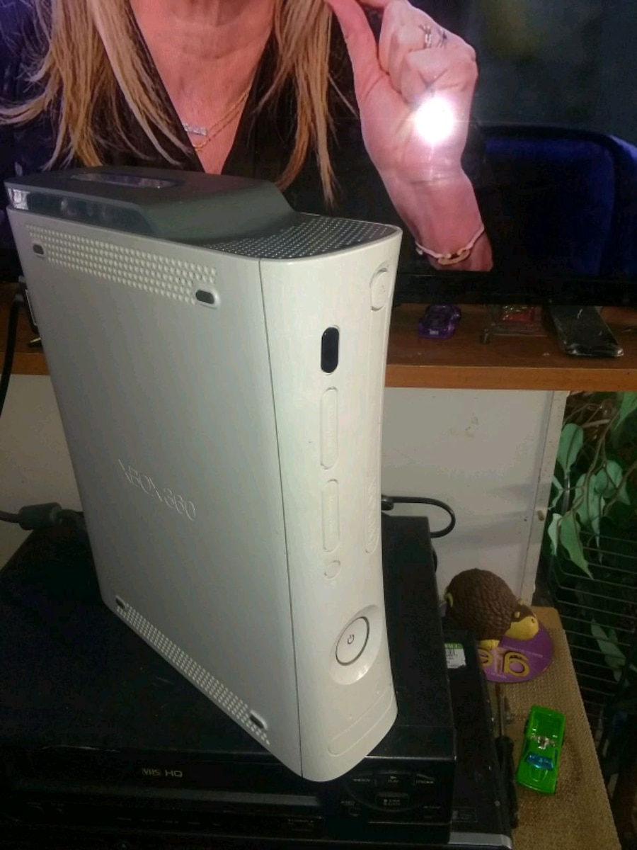 Photo XBox 360 Console with 1 Controller.