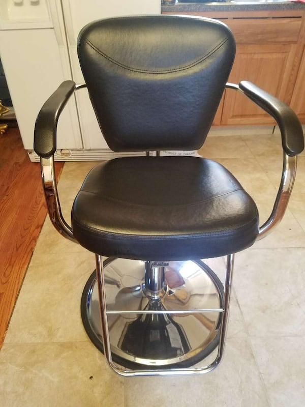 Hair styling chair  41f3fa90-25d7-4776-8dce-55feef9b7db8