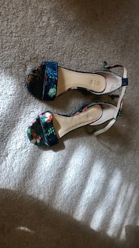 Pair of heels that's are floral great condition 6.5 Tupelo, 38801