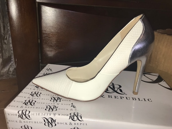 345840f14 Used Unpaired white leather pointed-toe pumps for sale in East Stroudsburg