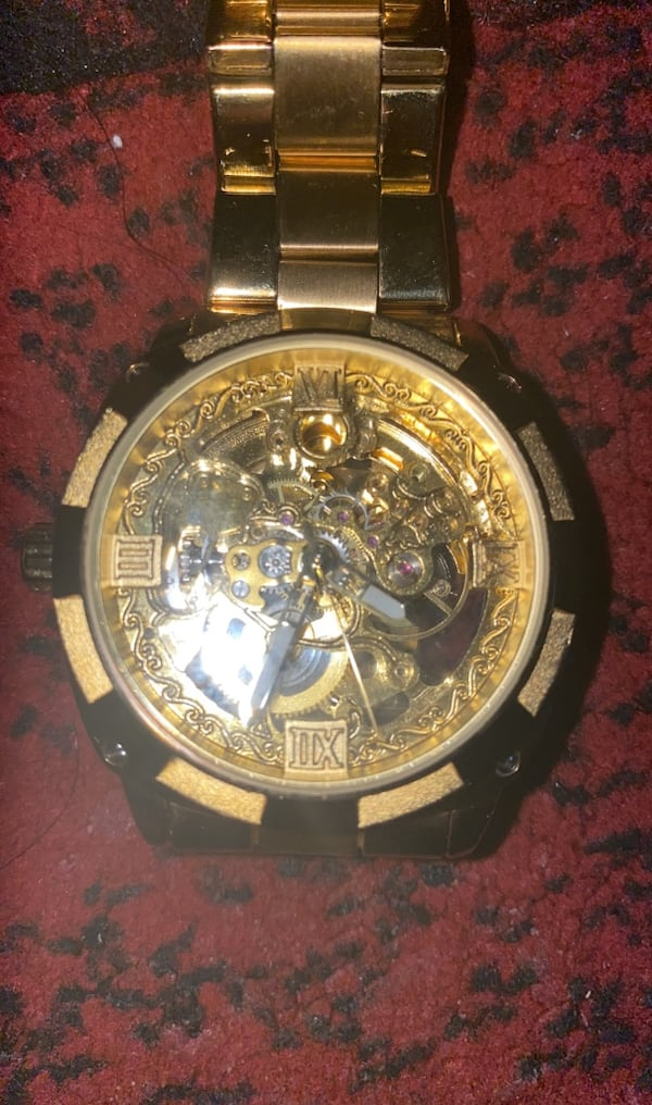 Gold watch  6d7646b5-cf88-486c-b211-c6bd01fddddd