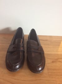 par brune skinn loafers