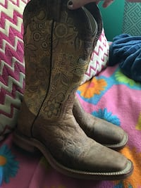 Like brand new size 6 cowgirl boots only worn once asking $50 Lethbridge, T1H 4C5