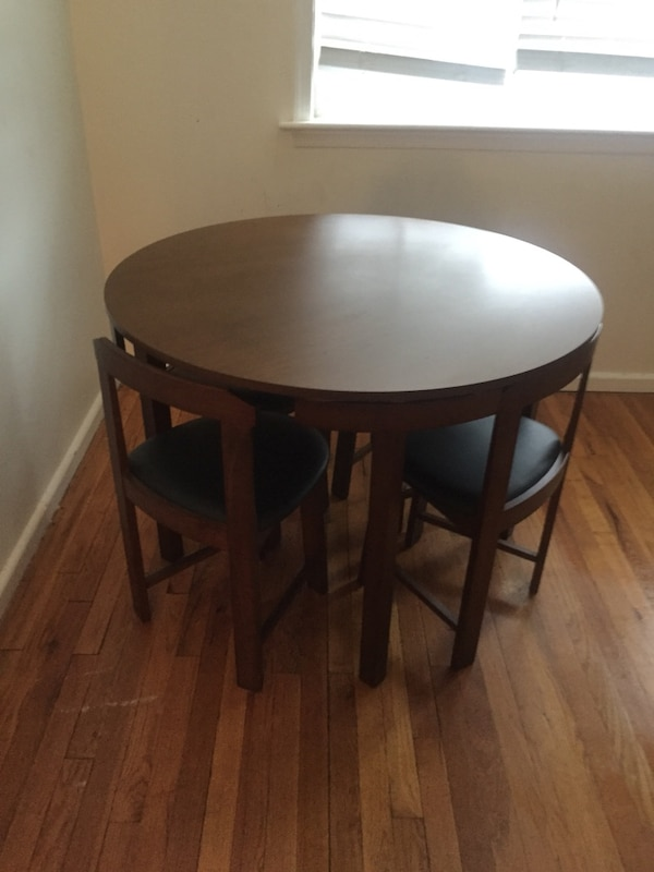 Round brown wooden side table in excellent condition 4c05b62c-c0fe-4646-89c6-b0359aa53db8