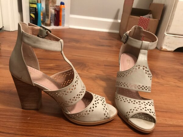 women's pair of gray chunky pumps